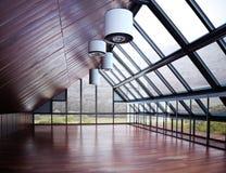 Пустая комната с предпосылкой гор и древесин стоковое фото rf