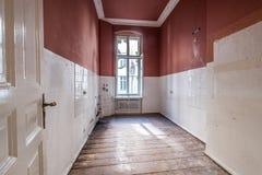 Пустая комната кухни в старом здании, опорожняет перед восстановлением - стоковое фото rf
