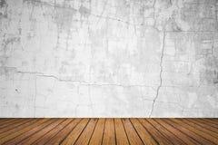 Пустая комната стены grunge и пола древесины Стоковые Изображения RF