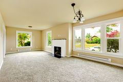 Пустая комната с белым камином предпосылки кирпича Стоковое Изображение