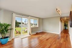 Пустая комната с длинными коридором и выходом к заднему двору Стоковая Фотография RF