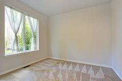 Пустая комната с стенами пола и сливк ковра Стоковое Фото