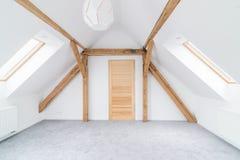 Пустая комната чердака с деревянными лучами потолка Стоковое фото RF