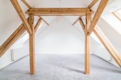 Пустая комната чердака с деревянными лучами потолка Стоковые Фотографии RF