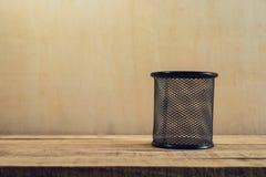 Пустая корзина для неподвижного на деревянной таблице Стоковая Фотография