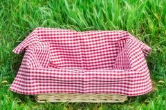 Пустая корзина с красной скатертью стоковая фотография