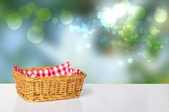 Пустая корзина с красной checkered салфеткой на белой таблице в фронте стоковые фото