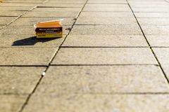 Пустая коробка фаст-фуда цыпленка Peri Peri на тропе дороги Стоковая Фотография RF