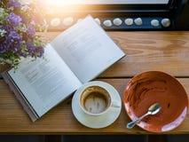 Пустая кофейная чашка и пустая плита Стоковое Фото