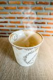 Пустая кофейная чашка после выпивать с дымом стоковая фотография
