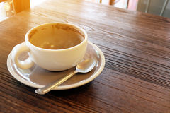 Пустая кофейная чашка после питья на деревянной таблице Стоковое Изображение RF