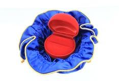Пустая красная коробка кольца на белой предпосылке Стоковое Изображение RF