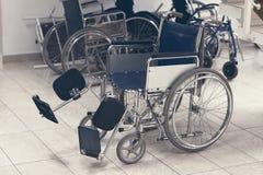 Пустая кресло-коляска припаркованная в больнице Стоковое Изображение