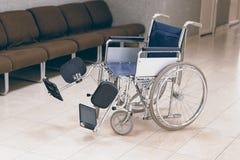 Пустая кресло-коляска припаркованная в больнице Стоковые Фото