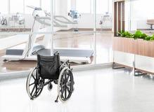 Пустая кресло-коляска припаркованная в прихожей больницы Стоковые Фото