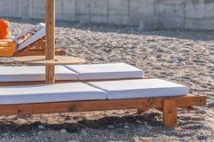 Пустая кровать солнца 2 на малом пляже камня камешка для релаксации Стоковые Фото