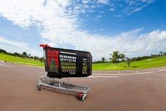 Пустая магазинная тележкаа на месте для стоянки супермаркета Стоковое фото RF