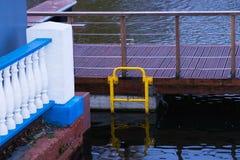Пустая мола на пруде парка Стоковые Фотографии RF