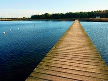 Пустая моль на голубом озере, причале для нанятых шлюпок в Марине Подготавливайте для кораблей отключения Стоковые Изображения