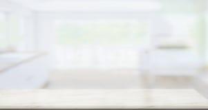 Пустая мраморная столешница в предпосылке кухни Стоковое Изображение RF