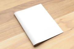 Пустая насмешка брошюры размера створки A4 Bi вверх на деревянной предпосылке 3d стоковое изображение rf
