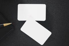 Пустая насмешка визитной карточки вверх на таблице для делового контакта дизайна Стоковая Фотография RF