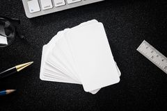Пустая насмешка визитной карточки вверх на таблице для делового контакта дизайна Стоковые Изображения