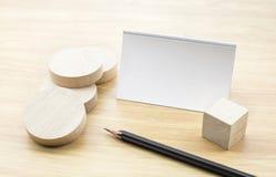 Пустая насмешка визитной карточки вверх с пустыми деревянными круглыми частью и pe Стоковая Фотография RF