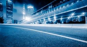 Пустая дорога асфальта через современный город стоковое изображение rf