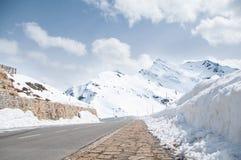 Пустая дорога водя через сценарные сельскую местность, снег & туман на горе Grossglockner, Австрии Стоковая Фотография RF