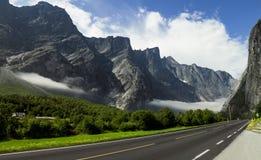 Пустая дорога в высоких норвежских горах Стоковая Фотография