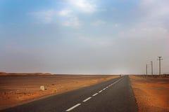Пустая дорога в пустыне Сахары Стоковое Изображение
