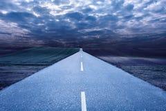 Пустая дорога в середине ночи стоковые изображения rf