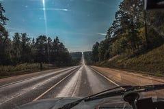 Пустая дорога лета в полдень Стоковые Изображения