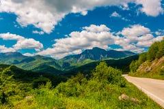 Пустая дорога и горы вперед Стоковые Фото