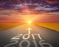 Пустая дорога до предстоящее 2017 на заходе солнца Стоковые Изображения RF