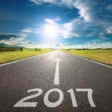 Пустая дорога до предстоящее 2017 на красивом дне Стоковые Изображения RF