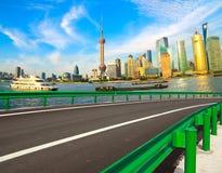 Пустая дорога с зданиями города Шанхая Lujiazui стоковое изображение