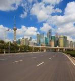 Пустая дорога с зданиями города Шанхая Lujiazui стоковое изображение rf
