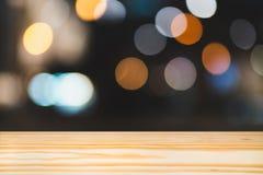 Пустая палуба верхней части деревянного стола, полка космоса экземпляра для монтажа рекламы продукта выставки дисплея, предпосылк стоковое изображение