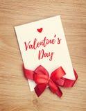 Пустая поздравительная открытка валентинок и красная лента Стоковое Изображение