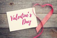Пустая поздравительная открытка валентинок и красное сердце сформировали ленту Стоковые Изображения RF