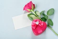 Пустая поздравительная открытка, подарок и подняла Стоковое Изображение RF