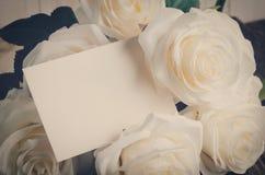 Пустая поздравительная открытка с белое искусственным подняла Стоковые Фото