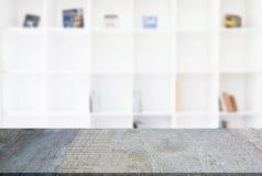 Пустая предпосылка деревянного стола и нерезкости конспекта перед m Стоковые Изображения