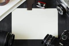 Пустая предпосылка с винтажным фотографическим оборудованием Стоковое фото RF