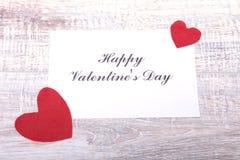 Пустая присутствующая карточка валентинки на деревянной предпосылке Стоковые Фото