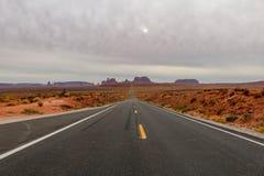 Пустая прямая дорога водя к долине памятника, Юте известной как пункт Forrest Gump стоковое фото rf