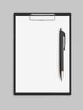 Пустая пустая доска сзажимом для бумаги с ручкой Стоковые Изображения