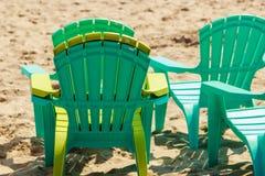 Пустая пластмасса бассейна предводительствует deckchairs на пляже песка Стоковые Фото